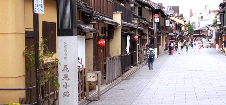 Walk through the streets of Gion with rental kimono