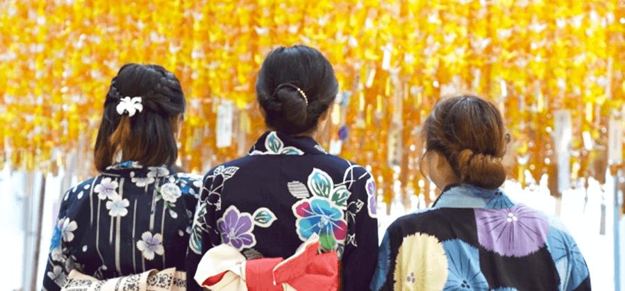 レンタル着物で観光する女性達