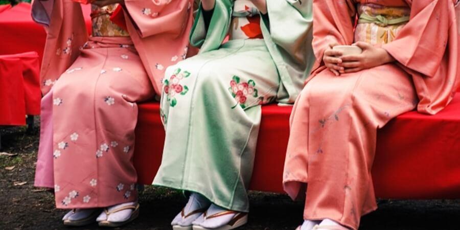 京都で着物観光する女性グループ