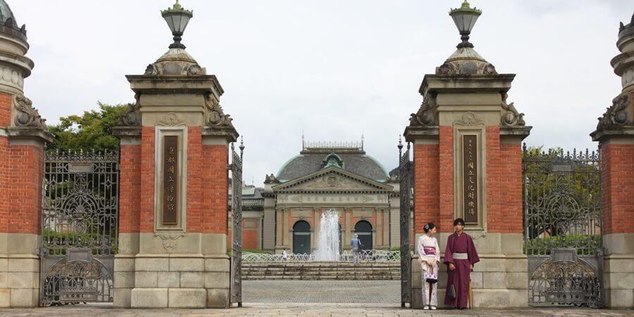 京都国立博物館をレンタル着物で楽しむカップル