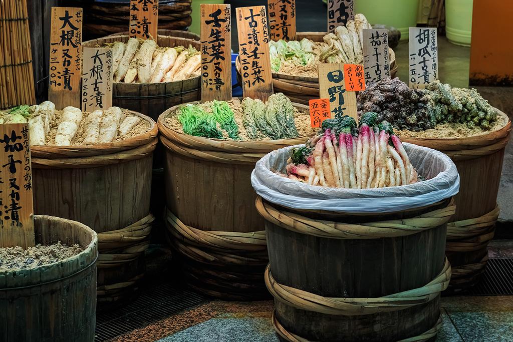 錦市場で食べ歩きは定番コース!